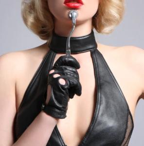 mistress che infligge punizione